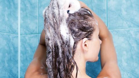 Mira lo que pasa cuando te lavas el pelo con bicarbonato de sodio y champu no lo vas a creer