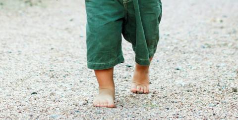 Los niños que caminan descalzos son más inteligentes y felices