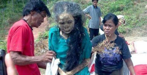 Mujer sale de su tumba y camina después de tres años de haber fallecido