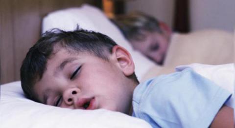Psiquiatra demuestra que los niños que se acuestan tarde sufren más trastornos