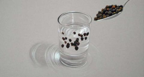 Ella pone varios granos de pimienta negra en un vaso de agua! cuando vi los efectos después de dos semanas, tuve que hacer lo mismo!