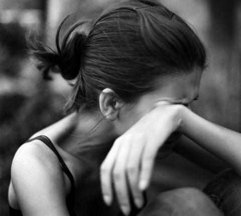 """Un padre viola a su hija lesbiana de 16 años para enseñarle que """"es mejor estar con hombres"""""""
