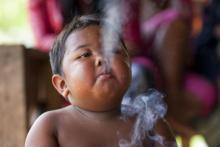 ¿Recuerdas al niño que fumaba 40 cigarrillos al día? Así es como se ve 8 años después