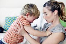 Un estudio asegura que los niños se portan peor cuando están con su mamá