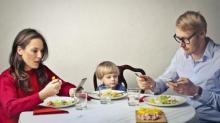 Los niños cuyos padres pasan tiempo en los dispositivos móviles tienen más problemas de comportamiento